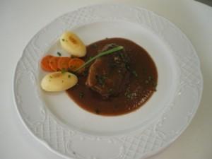 receta Carrilleras de ternera con salsa de vino tinto con patatas risoladas y zanahorias glaseadas